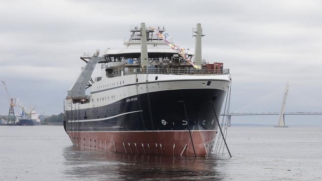 Виктория Абрамченко приняла участие в спуске на воду российского супертраулера