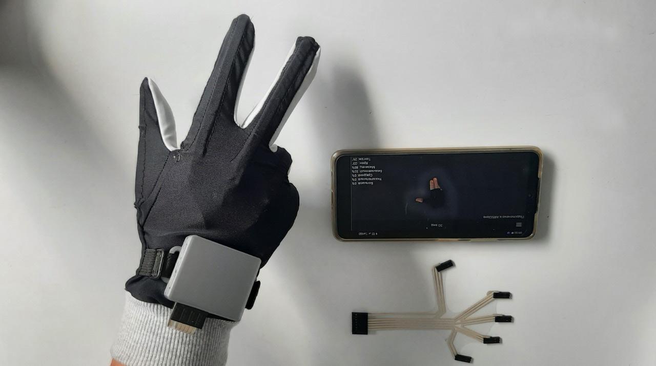 Стартап «Принтосенс» Наноцентра Мордовии адаптировал кибер-перчатку для управления промышленными роботами